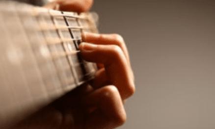 Apprendre la guitare sans aide